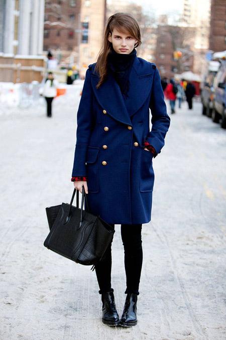 Девушка в синем пальто и с черной сумкой