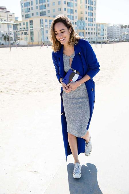 Девушка в синем пальто и сером платье