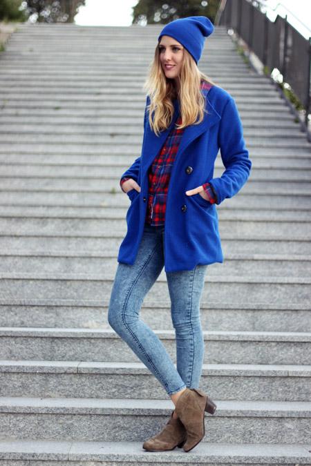 Девушка в синем пальто и шапке