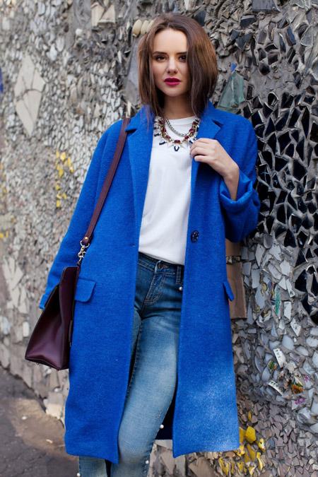 Девушка в синем пальто прямого покроя