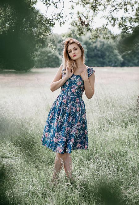 Девушка в синем платье с цветочным принтом