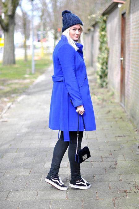 Девушка в синей шапке