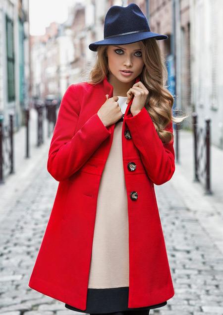 Девушка в синей шляпке и красном пальто