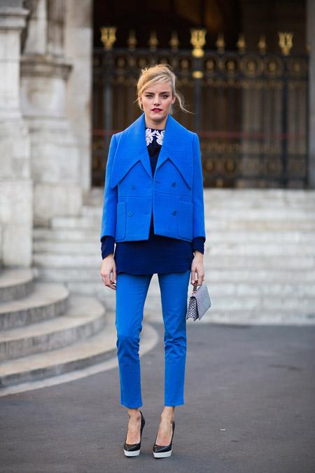 Девушка в синих брюках и синем пальто