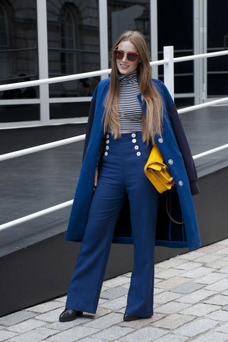 Девушка в синих брюках с высокой талией, водолазка и синее пальто