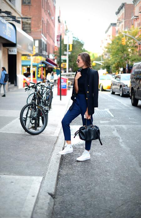 Девушка в синих капри, черный блейзер, белые кроссовки