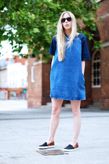 Девушка в слипонах и джинсовом платье