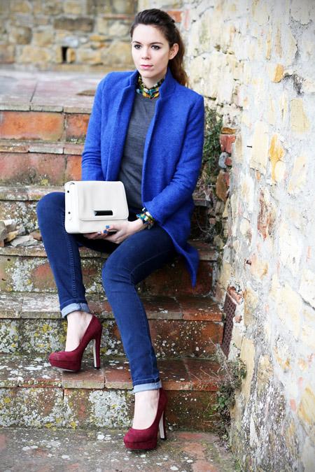 Девушка в сливовых туфлях и синем пальто