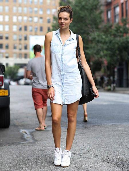Девушка в светлом платье и белых кроссовках