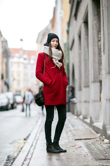 Девушка в светлом шарфе и красном пальто