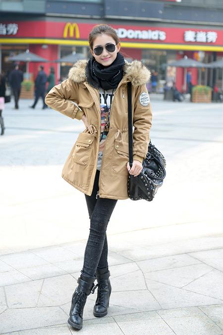Девушка в светлой зимней парке
