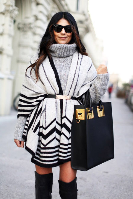 Девушка в свитере и пончо