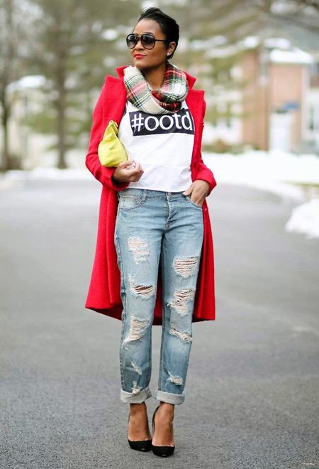 Девушка в свитшоте и красном пальто