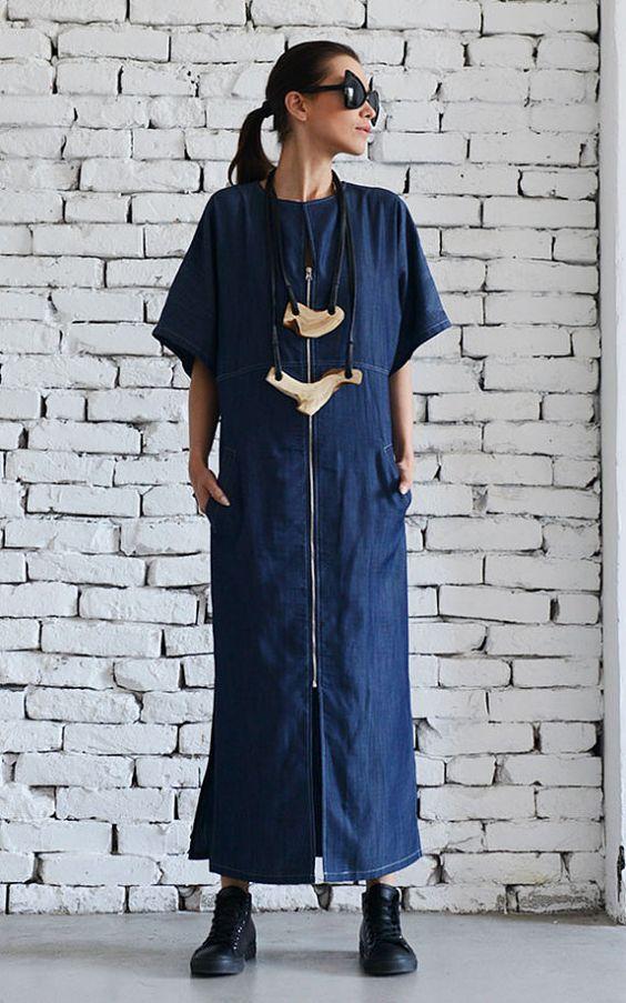 Девушка в темно-синем длинном джинсовом платье
