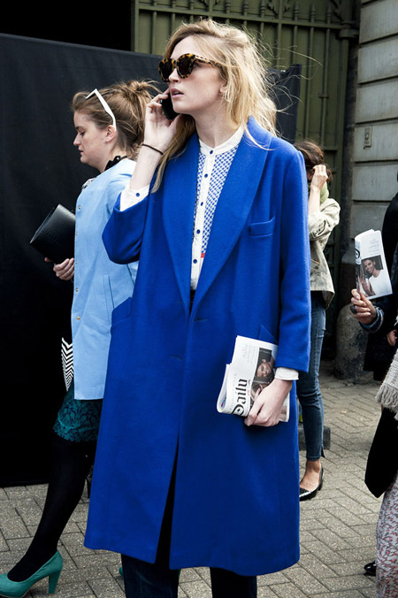 Девушка в темно-синем пальто прямого покроя