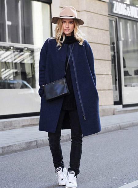 Девушка в темном пальто и шляпе