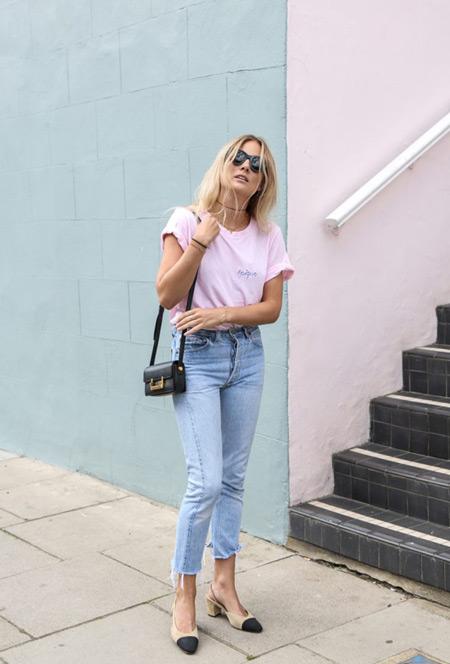 Девушка в укороченных джинсах и розовой футболке