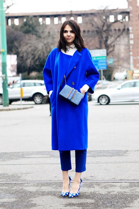 Девушка в укороченных синих брюках и синем пальто