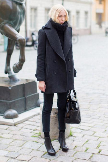 Девушка в узких брюках, темном пальто, объемная сумка и ботильоны