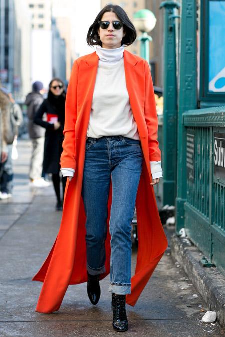 Девушка в водолазке и красном пальто