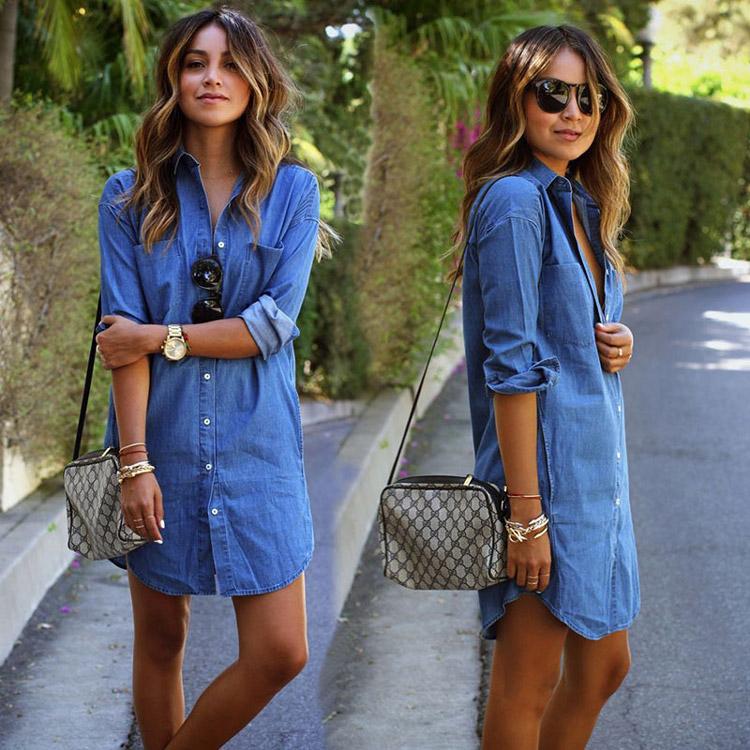 Девушка в ярко-голубом джинсовом платье