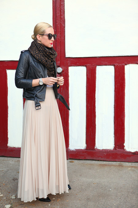 Девушка в юбке макси, куртка косуха и шарф