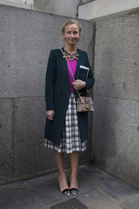 Девушка в юбке миди, фиолетовая кофта и темно зеленое пальто