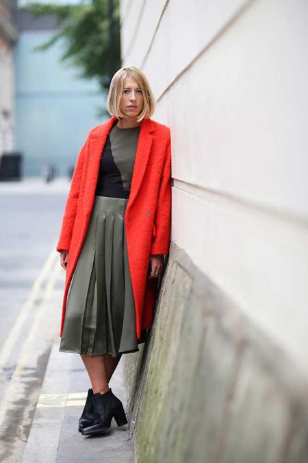 Девушка в юбке миди и красном пальто