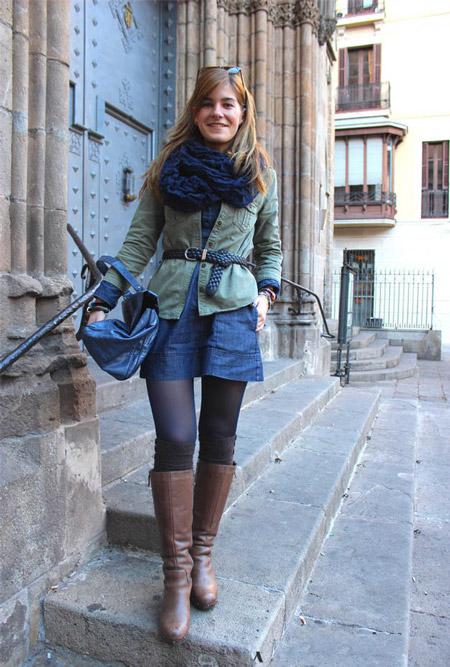 Девушка в защитной рубашке и джинсовом платье