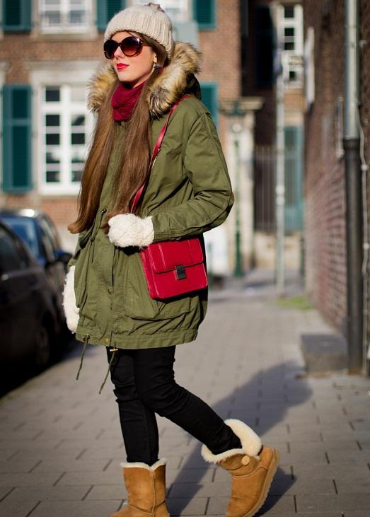 Девушка в зеленой парке и с красной сумкой
