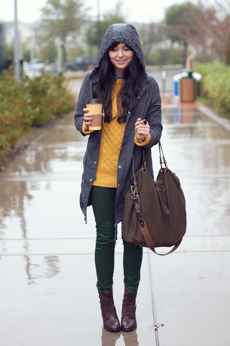 Девушка в зеленых брюках и парке