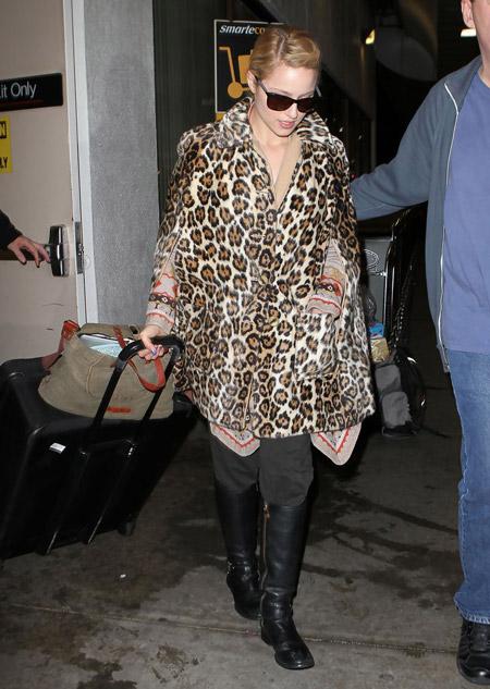 Дианна Агрон в кейпе леопардового цвета с рукавами