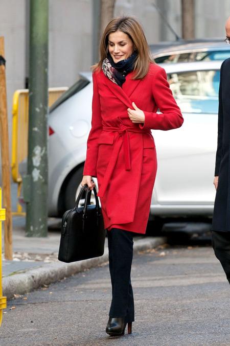 Дженис Дикинсон в красном пальто