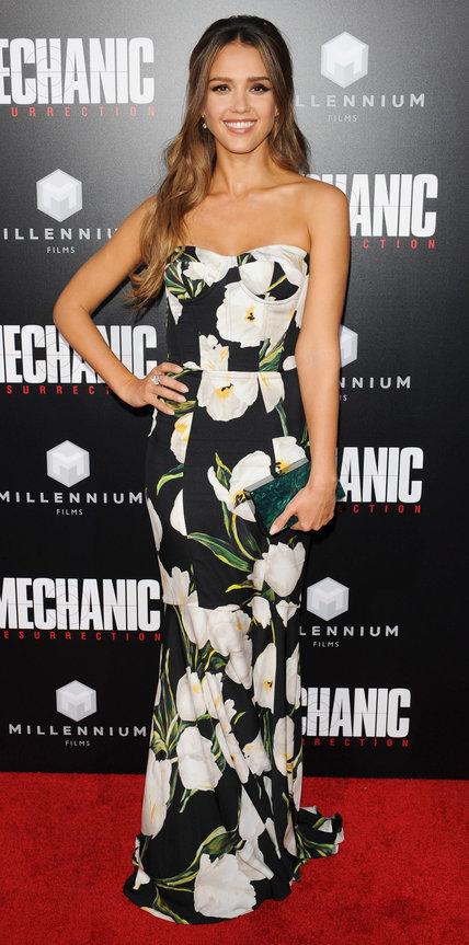 Джессика Альба в черном платье с бедыми цветами