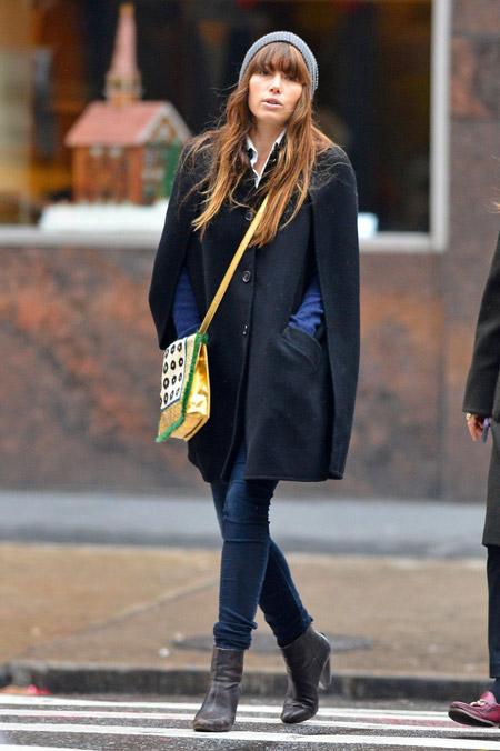 Джессика Бил в черном кейп-пальто, синие джинсы и ботильоны