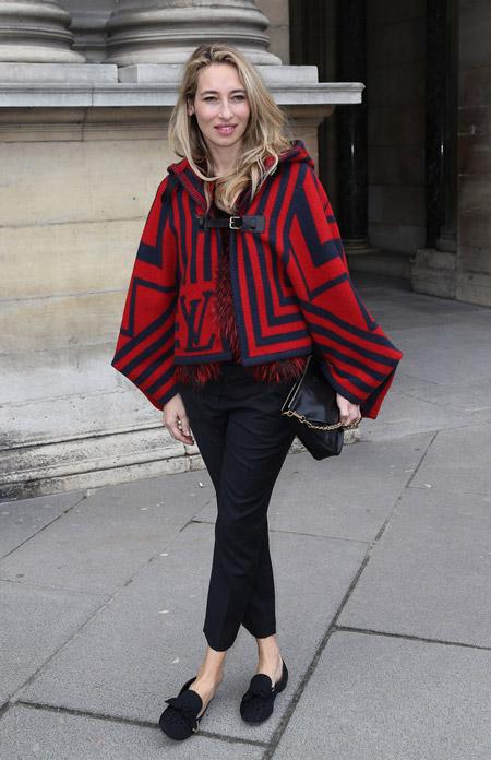 Джессика Честейн в коротком черно красном кейпе с рукавами