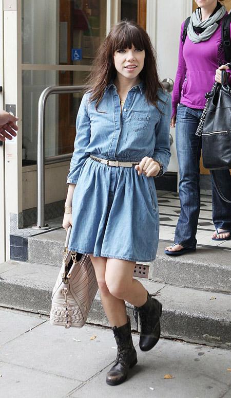 Карли Джепсен в джинсовом платье