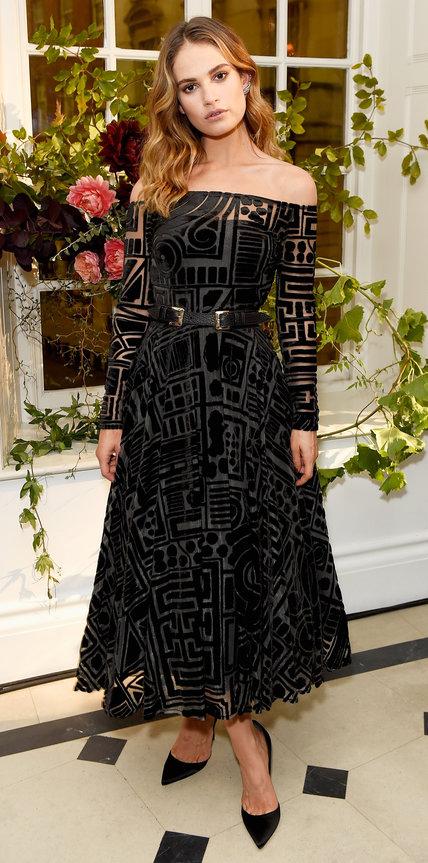 Лили Джеймс в черном бархатном платье