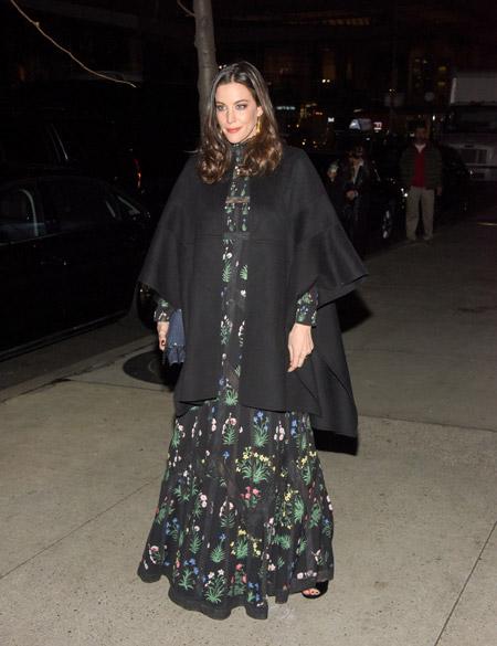 Лив Тайлер в черном кейпе накидке с рукавами и платье макси с принтом