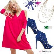 Лук с розовым платье и синими ботильонами