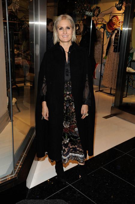 Maria Grazia Chiuri в черном кейпе пальто
