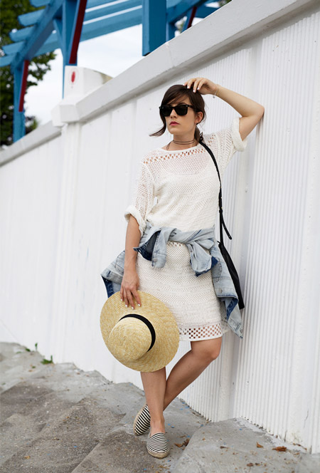 Модель в белом платье, рубашка и соломенная шляпа