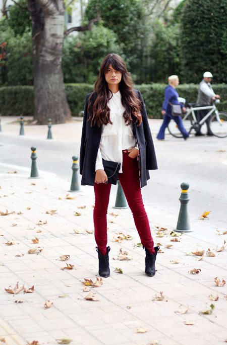 Модель в бордовых джеггинсах, белая рубашка и темное пальто