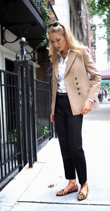 Модель в брюках со стрелками, белая рубашка, бежевый пиджак