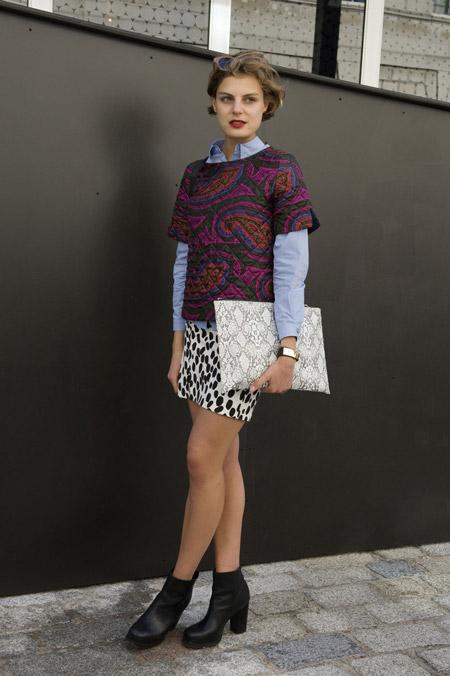 Модель в черно белой мини юбке, рубашке и фиолетовой кофте