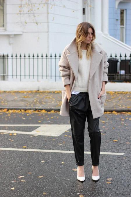 Модель в черных брюках, свитшот и светлое пальто