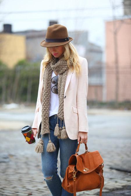 Модель в джинсах, жакете молочного цвета, шарф и коричневая шляпа