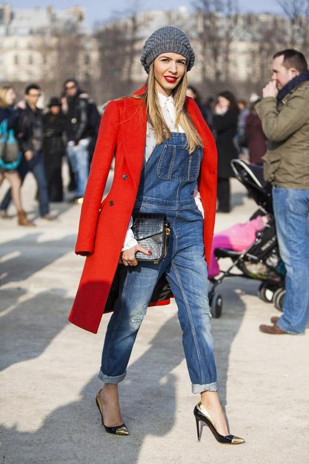 Модель в джинсовом комбинезоне, ткфли лодочки, красное пальто и берет