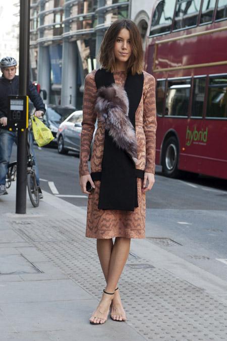 Модель в коричневом платье, черный шарф с мехом