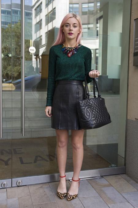 Модель в кожаной юке, темно зеленая кофта, леопардовые туфли и сумка